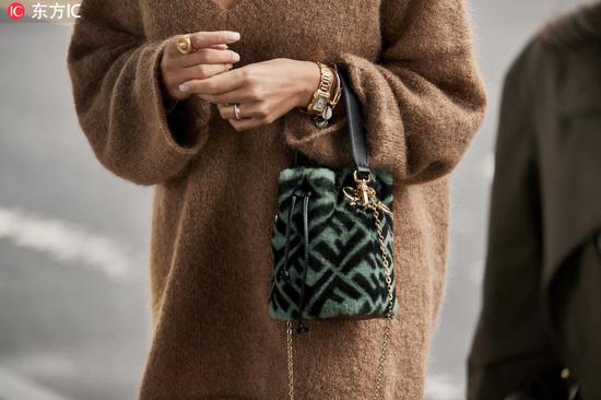 平常不论是调配西装外套、大衣仍是街头一点的夹克都特别时尚~