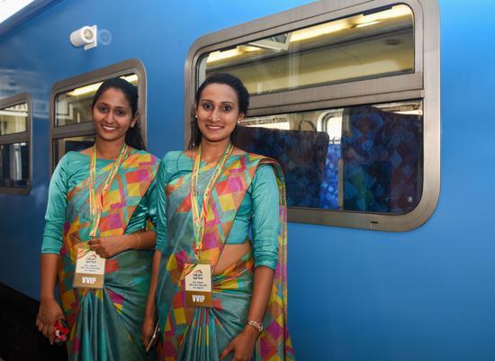 4月8日,在斯里兰卡南部马特勒车站,两名穿戴民族服装的女子等候开往贝利亚塔的列车发车。 (新华社)