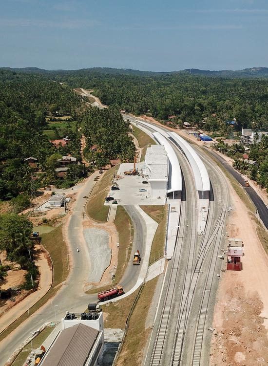 4月5日无人机航拍的斯里兰卡南部贝利亚塔火车站。(新华社)