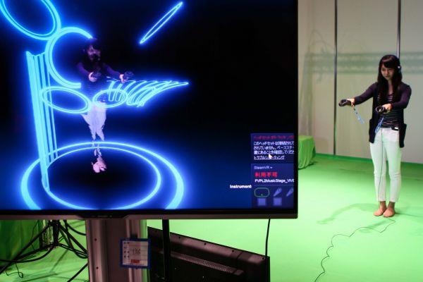在日本东京,一名观众体会都科摩公司5G虚拟现实设备。