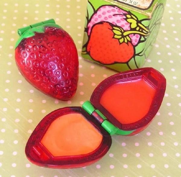 把唇膏装进通明的小草莓里
