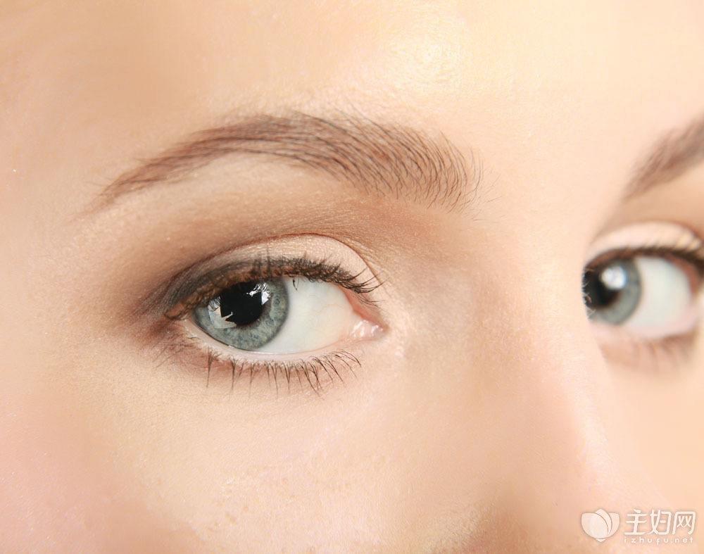 [眼睛肿了怎么快速消肿]眼睛消肿有八招:少吃盐、敷黄瓜、垫高枕