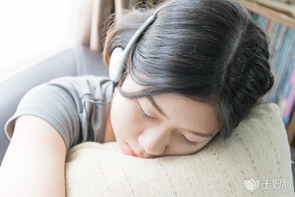 【晚上经常失眠是什么原因引起的】经常失眠是什么原因?该如何提高睡眠质量