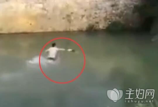 女童溺水抢救生还2.jpg