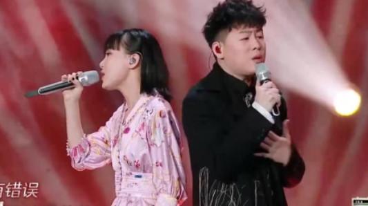 """""""有我陪你""""线上音乐节直播间:黄龄吉他和胡彦斌唱《还是要幸福》"""